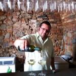 Alois Roch beim Wein-Ausschenken